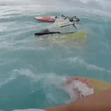 [:es]Kiter rescata a windsurfista[:en]Windsurfer rescued by a kitesurfer[:]